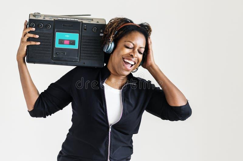 Une femme écoutant la musique d'une radio photo libre de droits