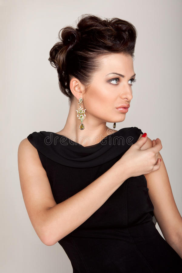 Une femme élégante dans une robe noire photos libres de droits