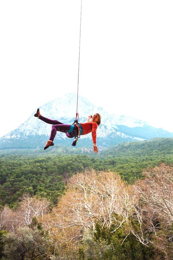 Une femme accroche sur une corde photos libres de droits