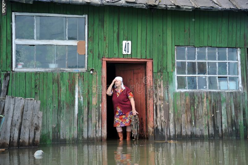 Une femme agée inconnue dans sa maison pendant une inondation Le fleuve Ob, qui est sorti des banques, a inondé les périphéries d images stock