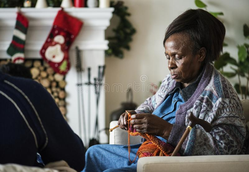 Une femme agée noire dans des vacances de Noël images stock