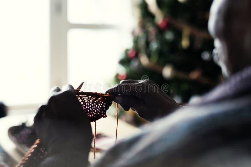 Une femme agée noire dans des vacances de Noël image libre de droits