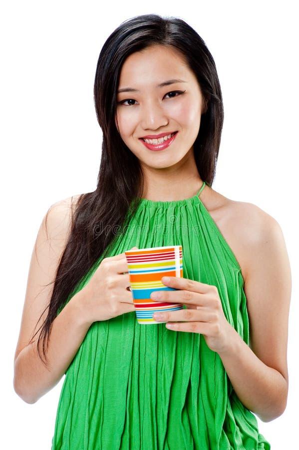 Une femme asiatique attirante avec la cuvette photos stock