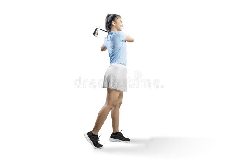 Une femme asiatique balançant le club de golf de fer photo stock