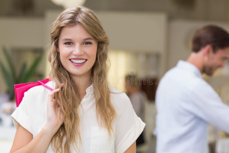 Download Une Femme Assez Blonde Avec Des Paniers Photo stock - Image du boutique, beauté: 56489420