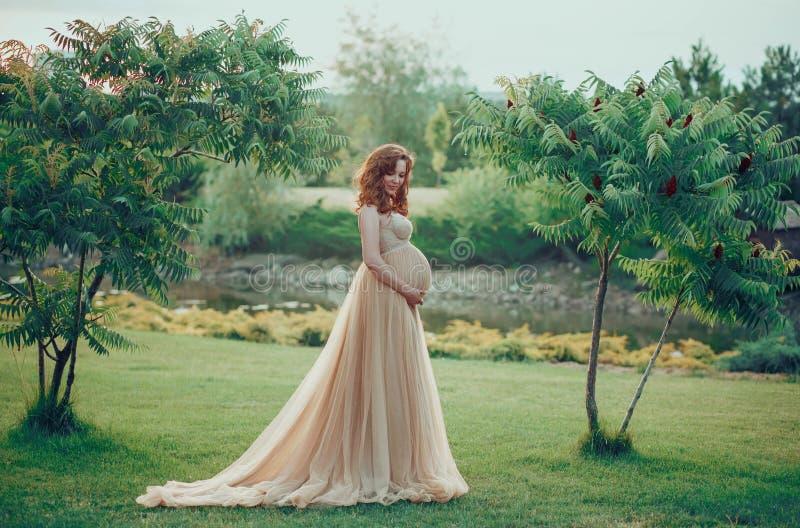 Une femme assez enceinte photo libre de droits