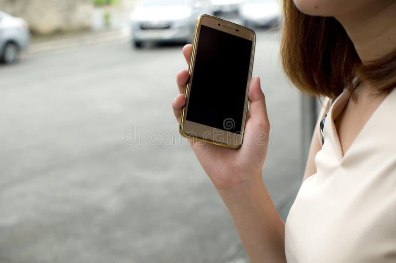 Une femme attend le taxi image stock