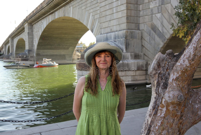 Une femme au pont de Londres, ville de Lake Havasu image stock