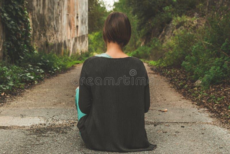 Une femme avec elle de nouveau à la route photos stock