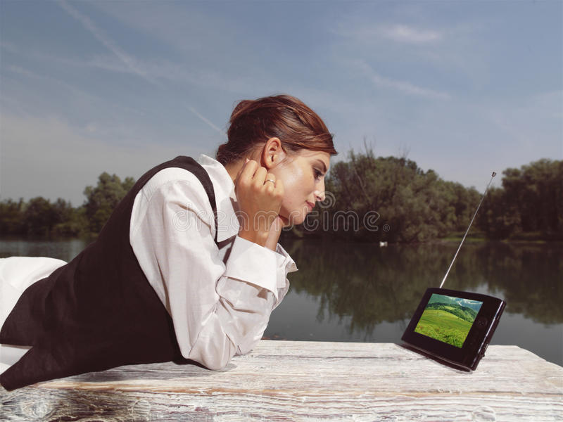 Une femme avec l'ordinateur portable en parc photo stock
