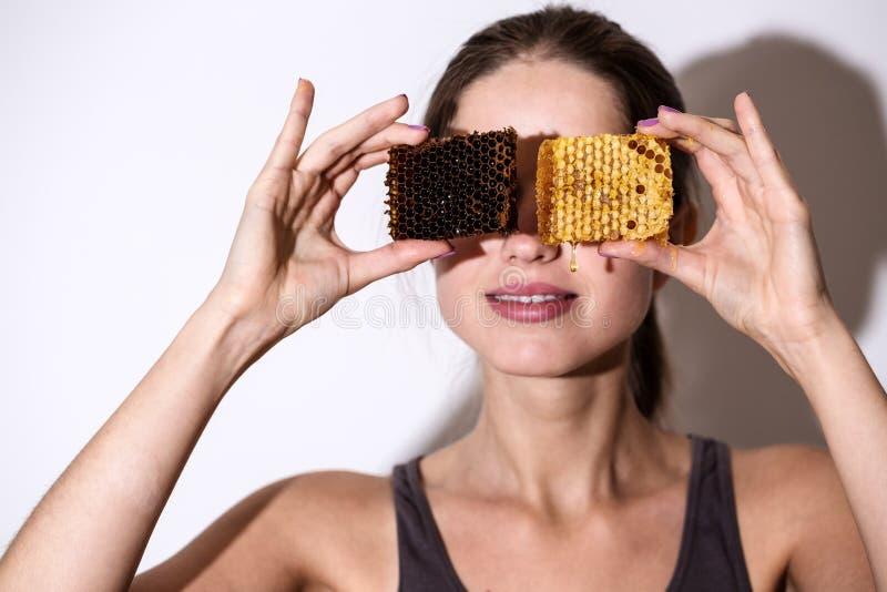 Une femme avec le nid d'abeilles photographie stock libre de droits