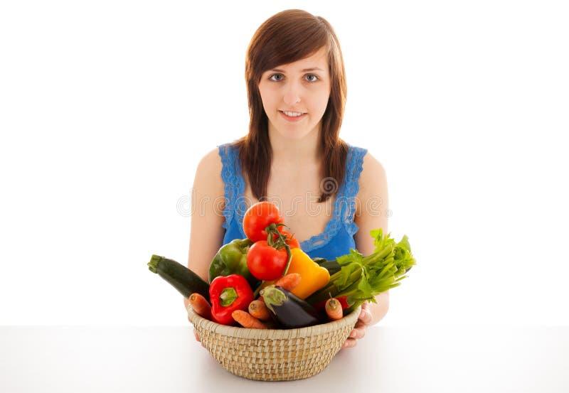 Une femme avec un panier plein des légumes image libre de droits