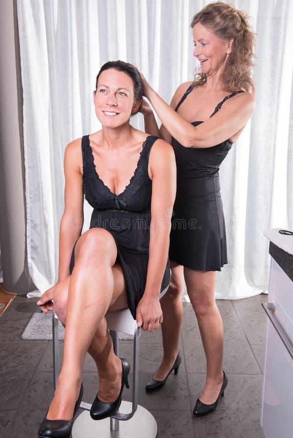 Une femme balaye les cheveux d'une autre personne de femme photo stock