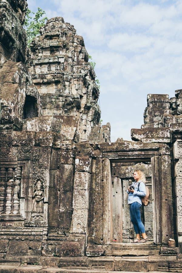 Une femme blonde caucasienne découvrant les ruines du temple d'Angkor Vat à Siem Reap, Cambodge image stock