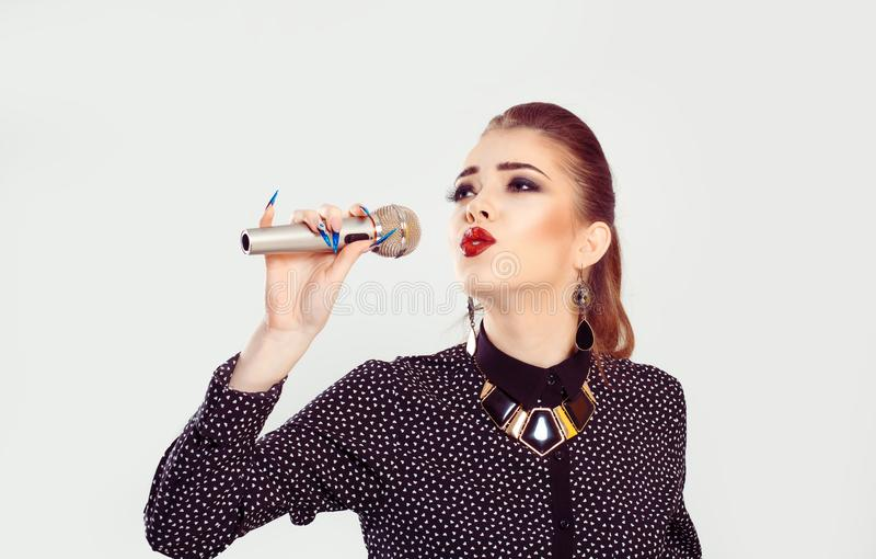 Une femme chantant au microphone images stock