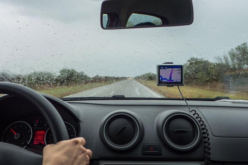 Une femme conduisant avec l'aide image stock