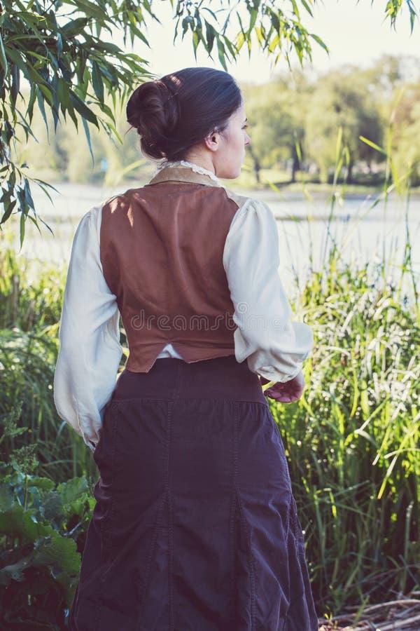 Une femme court le long du marais image stock