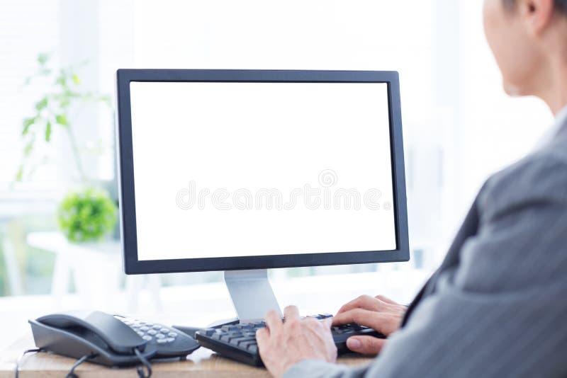Download Une Femme D'affaires à L'aide De L'ordinateur Image stock - Image du mains, ordinateur: 56482847
