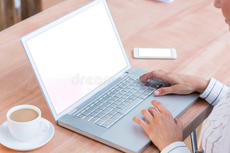Download Une Femme D'affaires à L'aide De Son Ordinateur Portable Image stock - Image du taper, femme: 56483577
