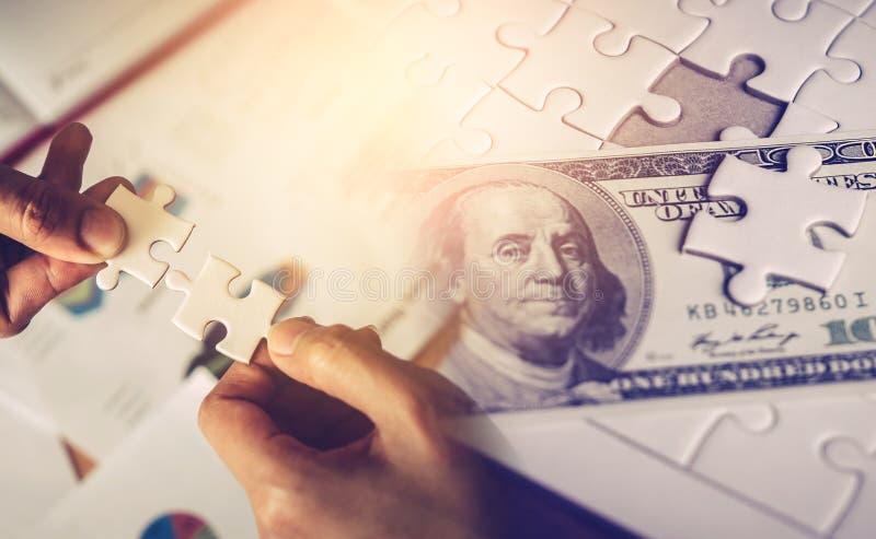 Une femme d'affaires à la recherche d'une solution économique avec une solution de jigsaw pour le concept de réussite financière  photo libre de droits