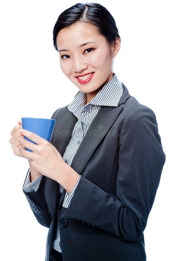 Une femme d'affaires attirante avec la cuvette image libre de droits