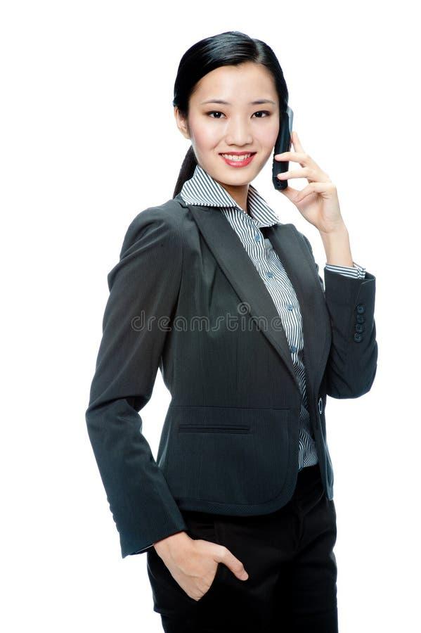 Une femme d'affaires attirante avec le téléphone photo libre de droits