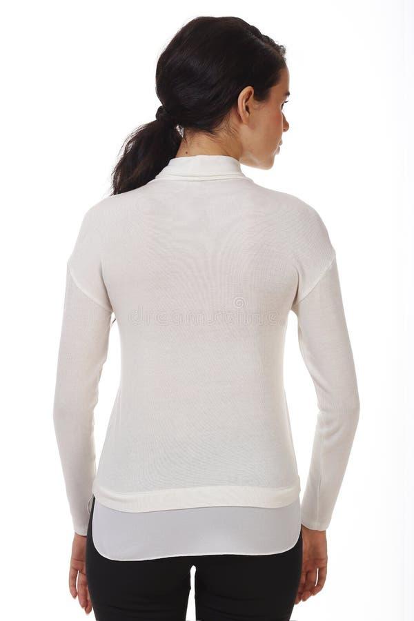 Une femme d'affaires brunette dans un blouse officiel blanc avec des ruches près photo photos stock