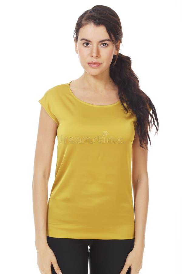 Une femme d'affaires brunette dans un blouse officiel jaune avec des ruches près photo photographie stock libre de droits