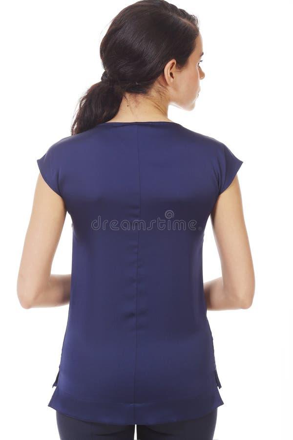 Une femme d'affaires brunette en chemise bleue sans manches avec des ruches rapprochées photo photos libres de droits