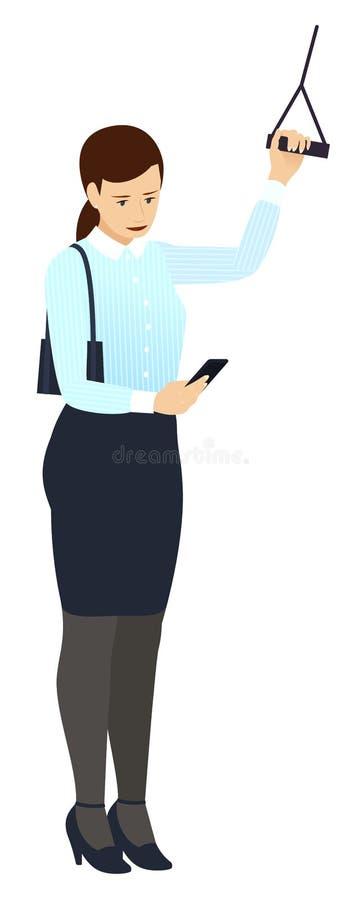 Une femme d'affaires regarde un smartphone dans le transport en commun, tenant et tenant la balustrade, sur le chemin de travaill photographie stock libre de droits