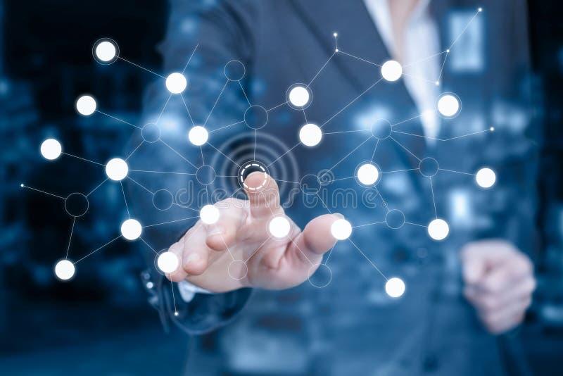 Une femme d'affaires touche un bouton de système numérique image stock