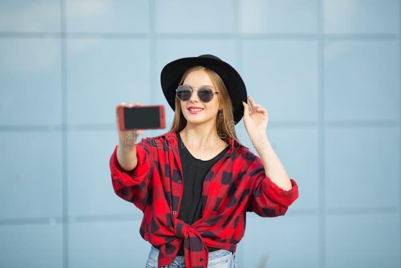 Une femme dans la rue sourit photographie stock