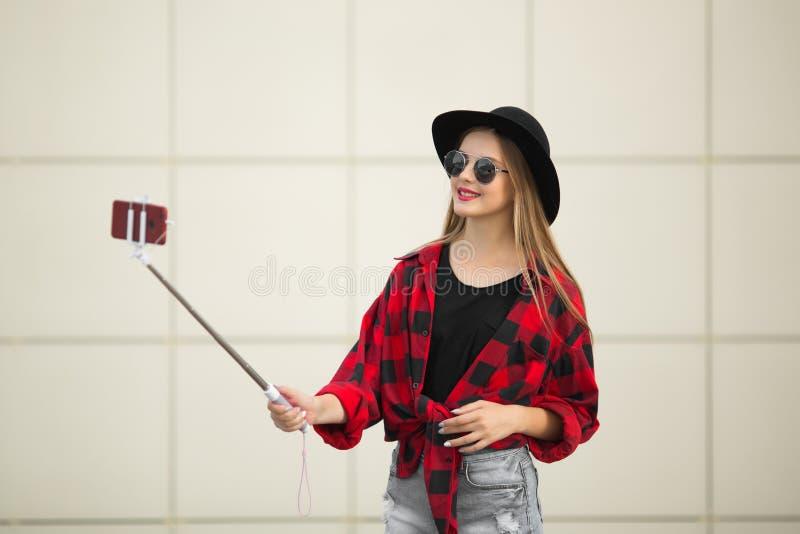 Une femme dans la rue sourit Selfy Fond pour une carte d'invitation ou une félicitation photos stock