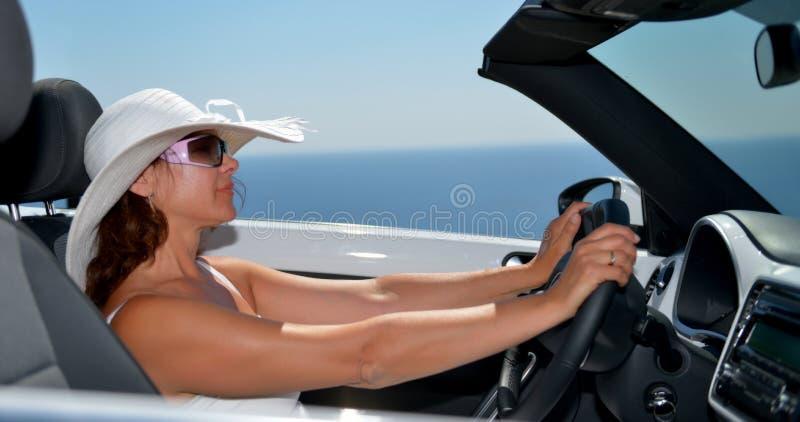 Une femme dans une voiture blanche photos stock