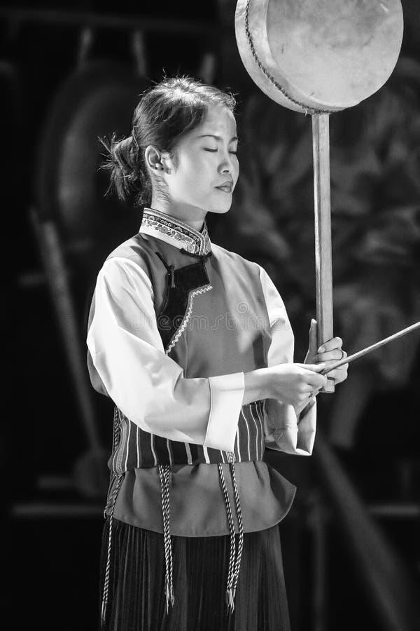 Une femme de minorité de Naxi exécute dans un événement culturel, Lijiang, Chine photographie stock libre de droits