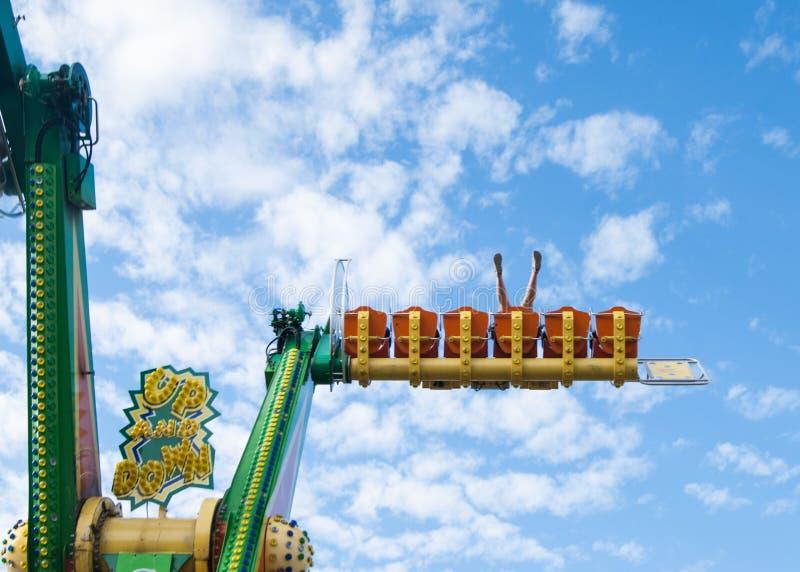 Une femme de quarante années sur les manèges terribles en parc d'attractions Émotions, extrêmes La vie sans crise de milieu de la photo stock