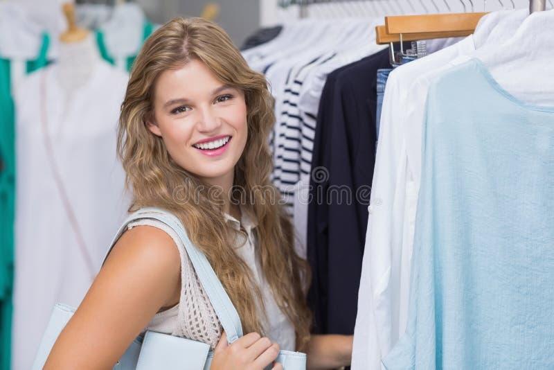 Download Une Femme De Sourire Heureuse Image stock - Image du consommateur, juste: 56489903