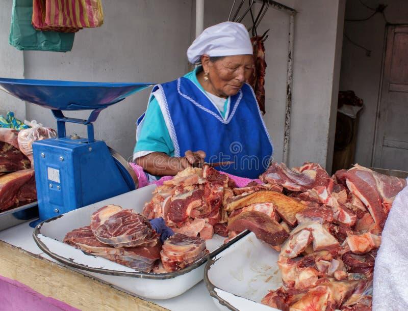Une femme equatorian vend la viande fraîche de boeuf sur le marché l'Equateur Quito photographie stock