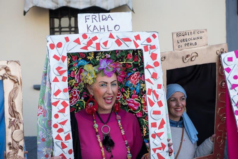 Une femme est déguisée comme autoportrait de Frida Kahlo photo libre de droits