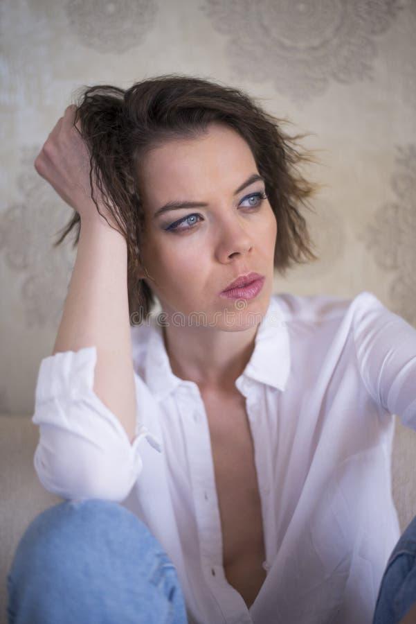 Une femme est profondément absorbée dans sa pensée photo stock