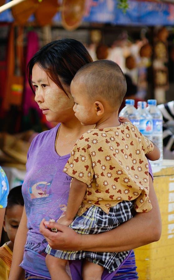 Une femme et un fils au marché local dans Bagan, Myanmar photo libre de droits