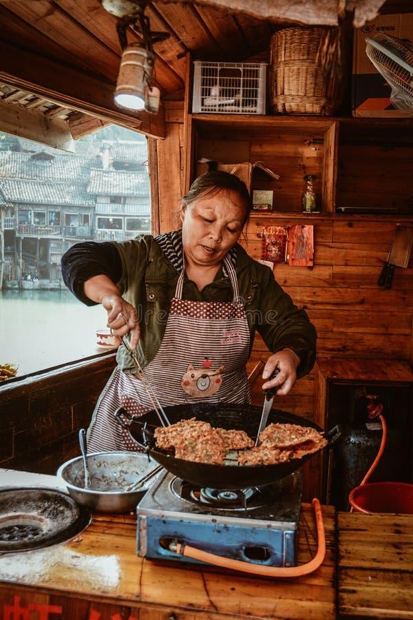 Une femme faisant cuire la crêpe traditionnelle photographie stock