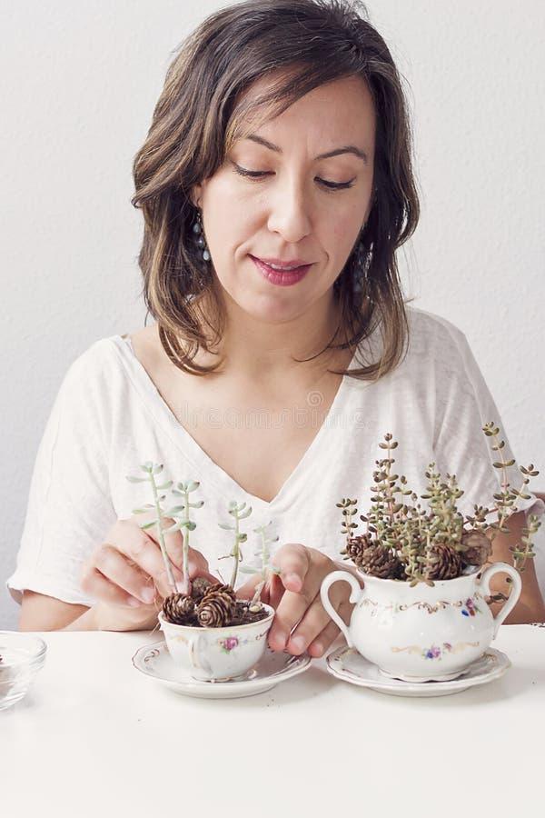 Une femme faisant les métiers de jardinage photo libre de droits