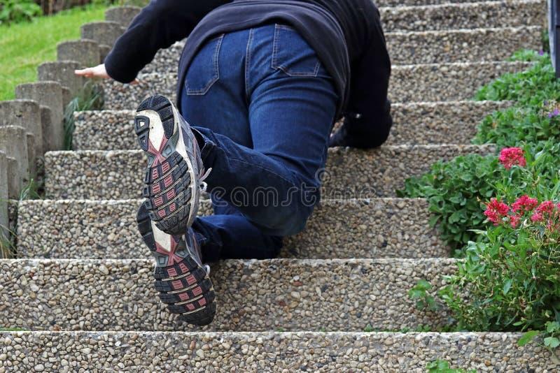 Une femme glissée sur un escalier et est tombée vers le bas images libres de droits