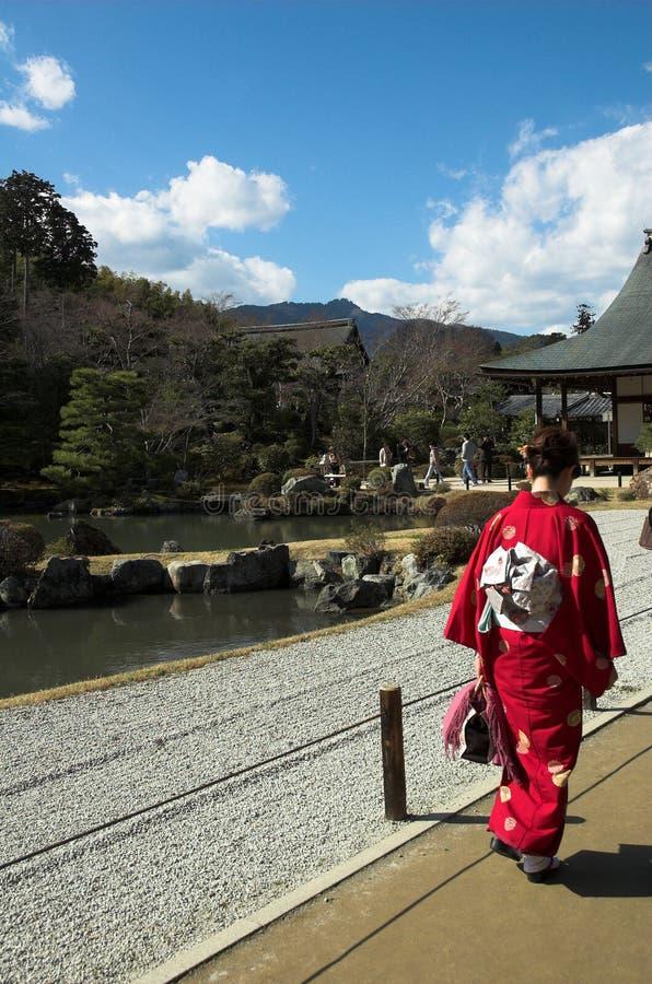 Une femme japonaise dans la robe traditionnelle à un temple à Kyoto photos libres de droits