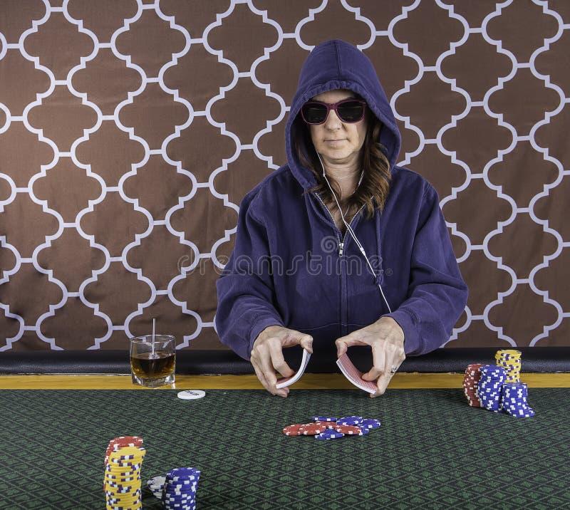 Une femme jouant le tisonnier à une table photo libre de droits