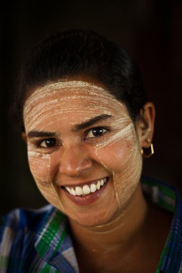 Une femme locale de sourire de Yangon, Myanmar photographie stock libre de droits