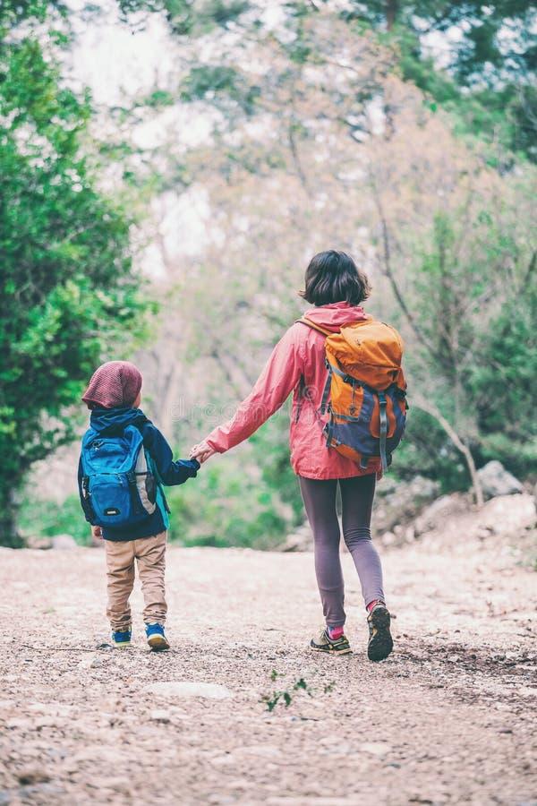 Une femme marche avec son fils par la for?t photos libres de droits