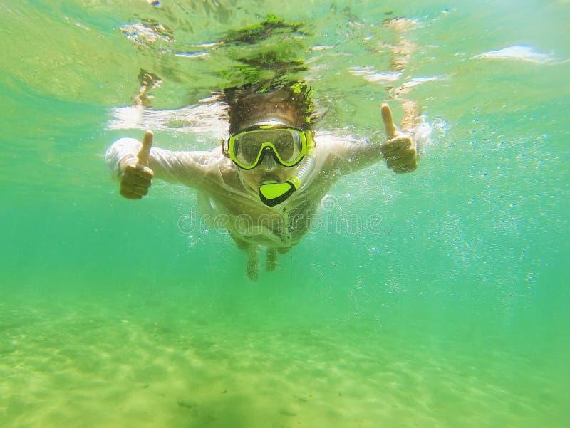 Une femme naviguant au schnorchel dans l'Océan Indien photo stock