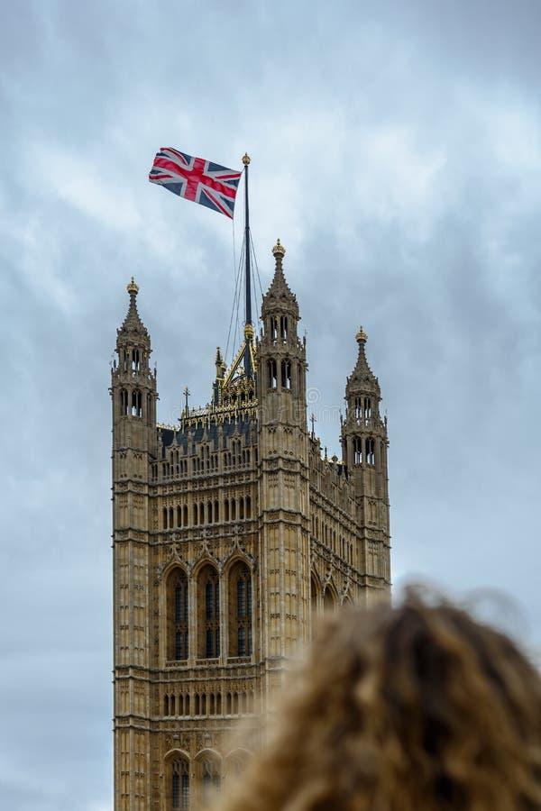 Une femme observe Victoria Tower Palace de Westminster, Londres photo stock